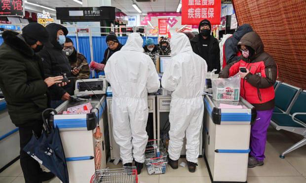 Nhân viên cấp phát thuốc tại một bệnh viện ở Vũ Hán được trang bị đồ bảo hộ để hạn chế nguy cơ nhiễm virus corona