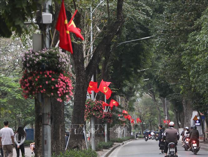 Hà Nội rực rỡ cờ hoa mừng Đảng, mừng Xuân Canh Tý - Ảnh 1.