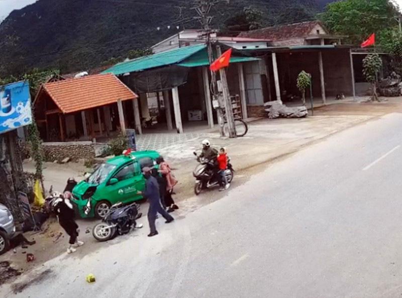 Tài xế taxi ngủ gật đâm vào nhiều trẻ em ven đường  - Ảnh 2.