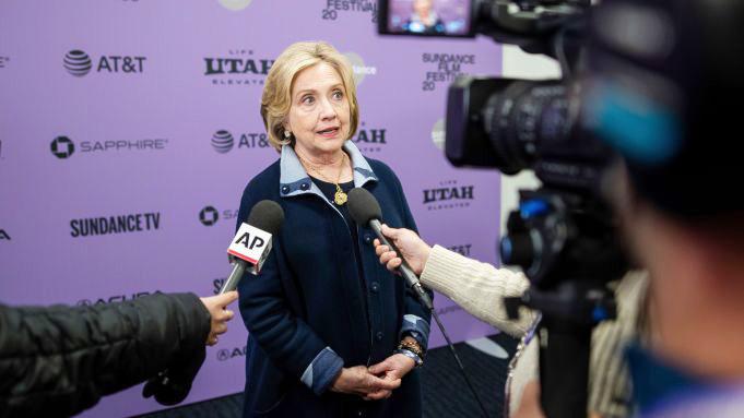 Bà Hillary Clinton trả lời báo giới