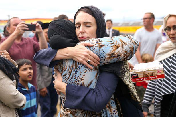 Thủ tướng Jacinda Ardern ôm một người phụ nữ tại nhà thờ Hồi giáo Kilbirnie sau vụ khủng bố