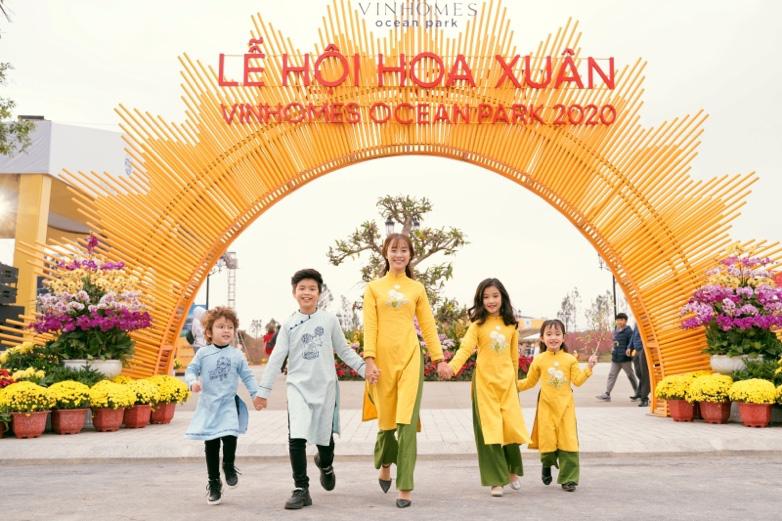 Ngắm những bộ ảnh áo dài đẹp lung linh trong 3 lễ hội hoa lớn nhất Tết Canh Tý - Ảnh 1.