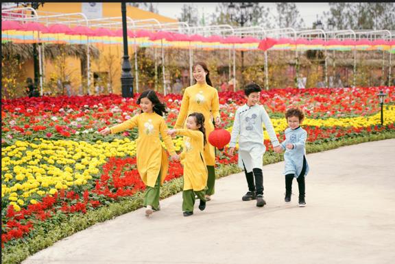 Ngắm những bộ ảnh áo dài đẹp lung linh trong 3 lễ hội hoa lớn nhất Tết Canh Tý - Ảnh 2.