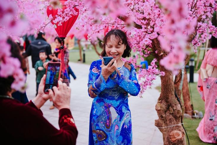 Ngắm những bộ ảnh áo dài đẹp lung linh trong 3 lễ hội hoa lớn nhất Tết Canh Tý - Ảnh 5.