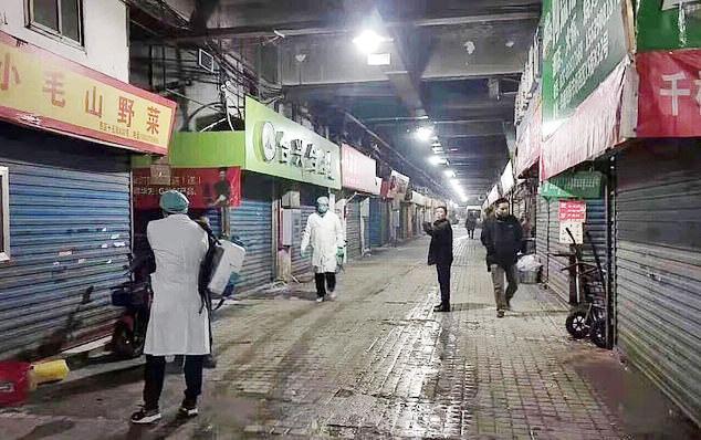 Phun xịt hóa chất phòng tránh dịch bệnh lây lan tại chợ hải sản Hoa Nam