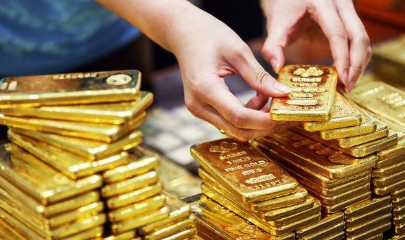 Giá vàng thế giới gần chạm đỉnh, vàng trong nước vượt mốc 43 triệu đồng/lượng - Ảnh 1.