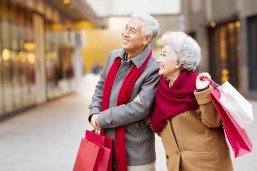Người già Trung Quốc mê mua sắm mỹ phẩm