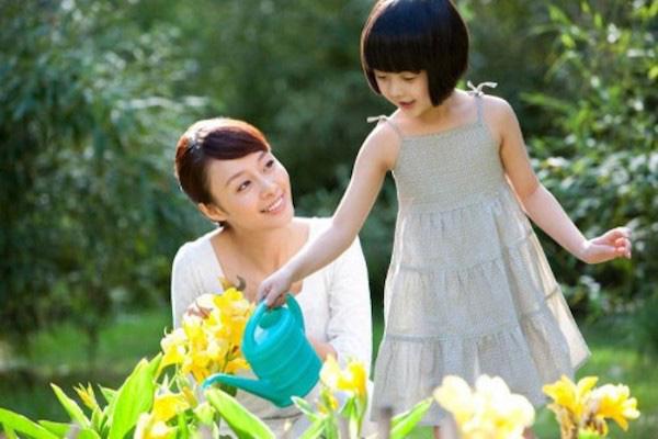 Dạy con trồng cây để con trở thành người hạnh phúc. Ảnh minh họa