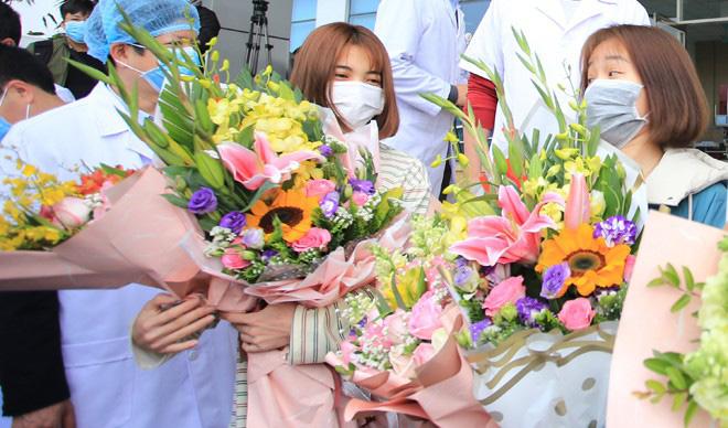 Nữ bệnh nhân N.T.D. trong ngày được xuất viện. Tuy nhiên, hiện cả bố, mẹ và em gái D. đều bị nhiễm virus Covid-19