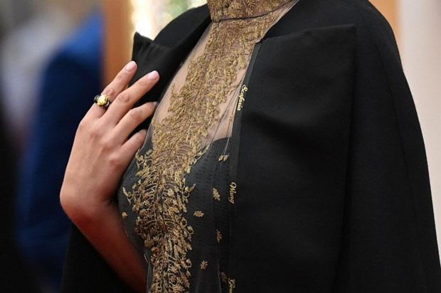 Natalie Portman gây sốc với chiếc áo đặc biệt tại lễ trao giải Oscar - Ảnh 1.