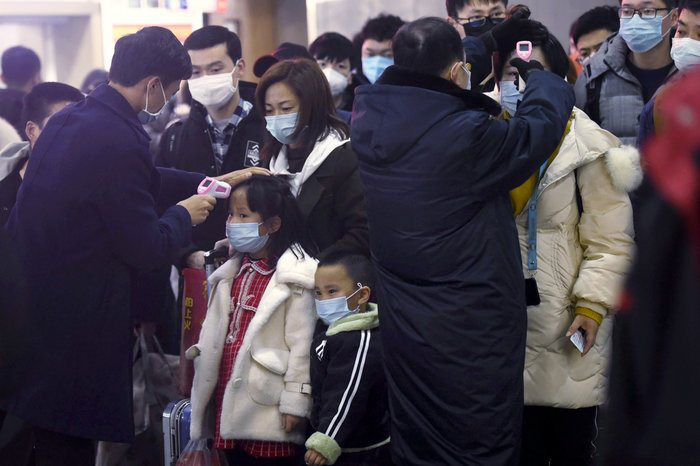 Kiểm tra thân nhiệt cho hành khách ở các nhà ga