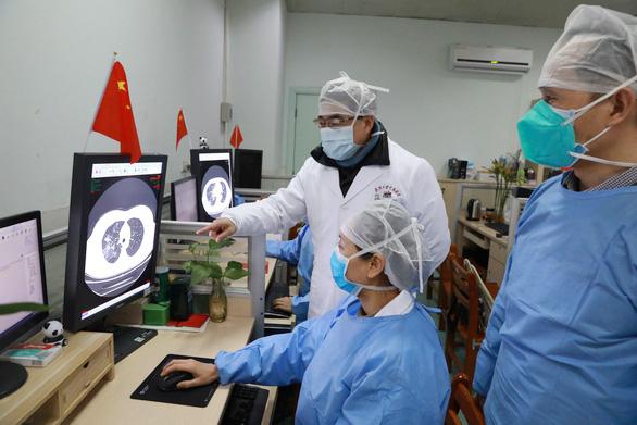 Các bác sĩ nghiên cứu hồ sơ một bệnh nhân nhiễm virus corona