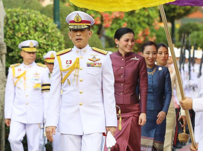 Hoàng hậu Thái Lan Suthida  cùng Quốc vương Vajiralongkorn và 2 nàng công chúa
