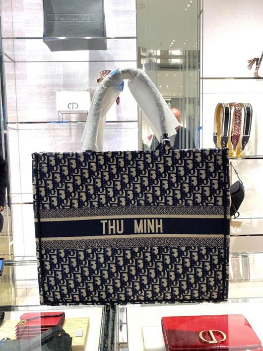 Ca sĩ Thu Minh được chồng tặng túi xách hàng hiệu Dior có tên của nữ ca sĩ.