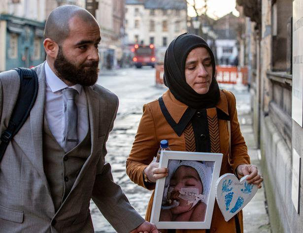 Tòa án quyết định để bác sĩ ngừng hỗ trợ sự sống cho bé 4 tháng tuổi bị tổn thương não - Ảnh 2.