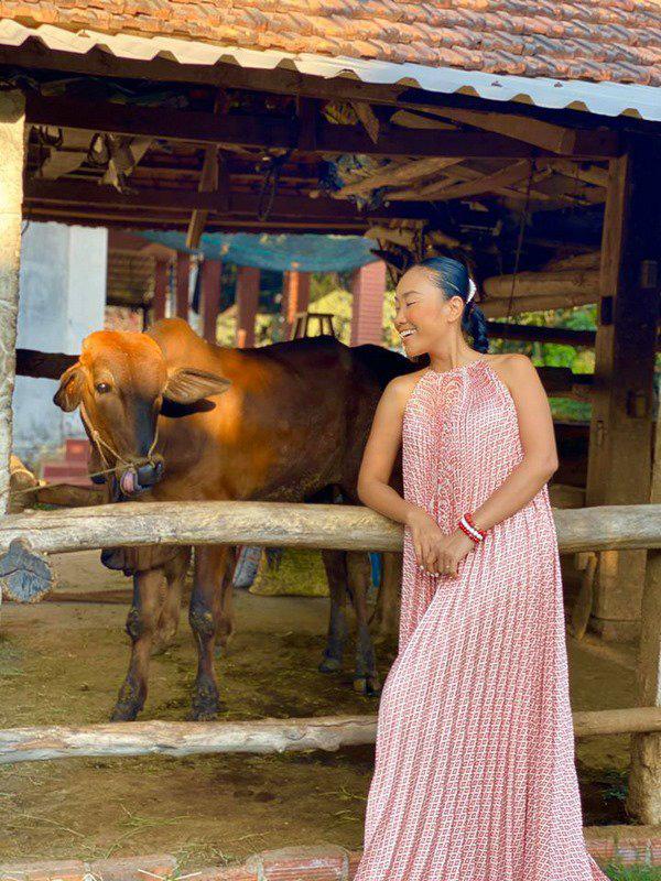 Học Đoan Trang diện váy lụa màu sắc, chị em sẽ luôn ngọt ngào và bay bổng - Ảnh 3.