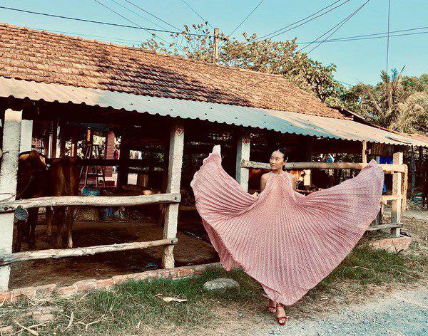 Học Đoan Trang diện váy lụa màu sắc, chị em sẽ luôn ngọt ngào và bay bổng - Ảnh 4.