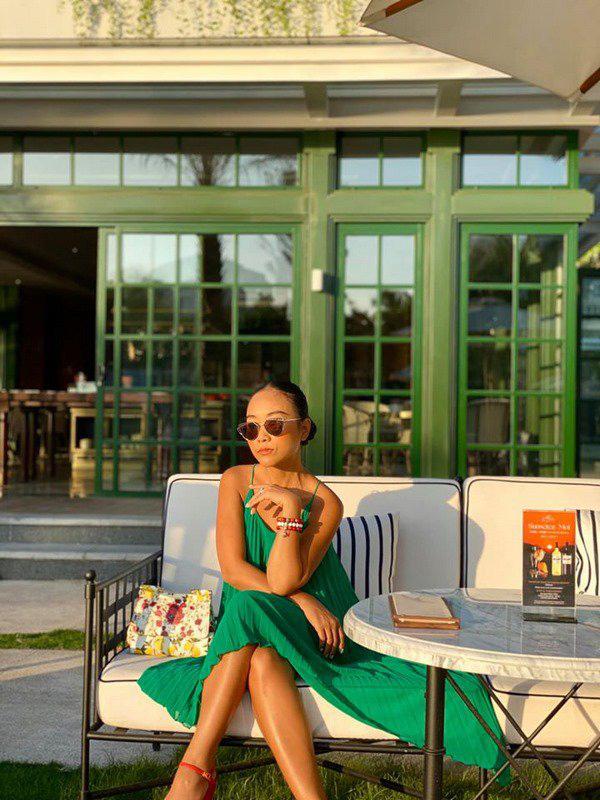 Học Đoan Trang diện váy lụa màu sắc, chị em sẽ luôn ngọt ngào và bay bổng - Ảnh 1.