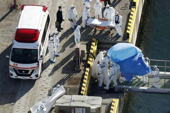 Đưa người bị nhiễm Covid-19 trên du thuyền Diamond Princess vào bờ