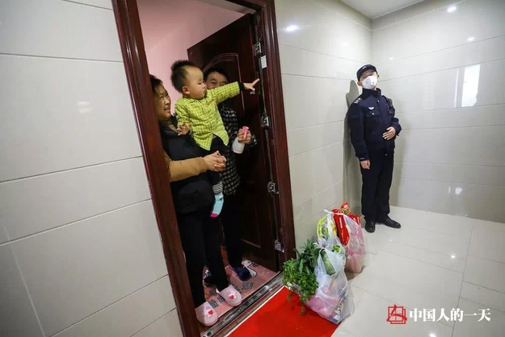 Cảm động cảnh bố trốn con ngoài cửa nhà để tránh lây nhiễm Covid-19 - Ảnh 4.