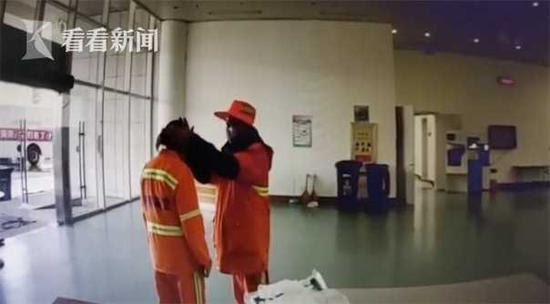 Hai vợ chồng lao công động viên nhau vượt qua dịch bệnh giữa trời đông buốt lạnh - Ảnh 3.
