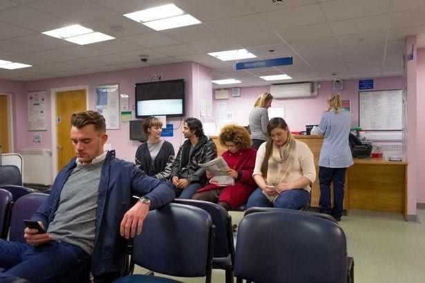 Anh: Nhân viên y tế có thể từ chối điều trị cho các đối tượng phân biệt chủng tộc hoặc giới tính - Ảnh 2.