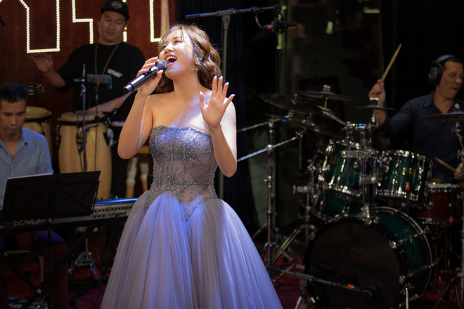 Ca sĩ Văn Mai Hương biểu diễn trong Music Home mùa đầu tiên