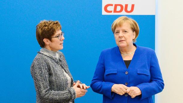 bà Angela Merkel nhấn mạnh bà sẽ không can thiệp vào việc tìm kiếm ứng cử viên kế nhiệm chức Chủ tịch đảng Liên minh Dân chủ Cơ đốc giáo (CDU) cũng như ai sẽ là ứng cử viên thay bà giữ vị trí Thủ tướng Đức. Tuyên bố trên được đưa ra sau khi bà Annegret Kramp-Karrenbauer, người được xem là lựa chọn sáng giá sẽ kế nhiệm Thủ tướng Đức Angela Merkel, đã bất ngờ tuyên bố sớm từ chức Chủ tịch Đảng CDU cũng như không tham gia tranh cử vị trí Thủ tướng trong cuộc bầu cử liên bang vào năm 2021.  Tuy nhiên, bà Annegret Kramp-Karrenbauer s
