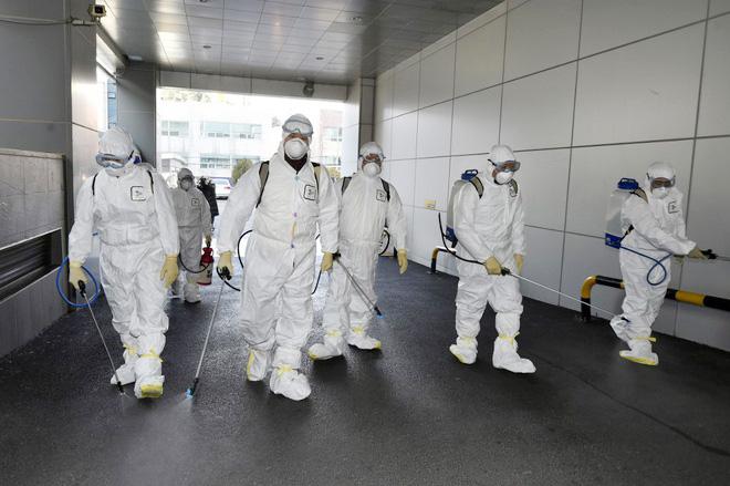 Nhân viên y tế khử trùng tại thành phố Daegu