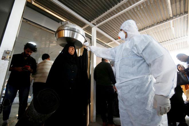 Kiểm tra và đo thân nhiệt cho người dân ở Iran