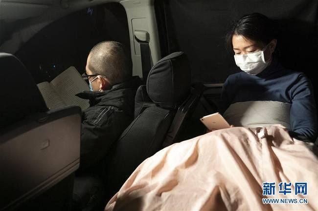 """Cặp vợ chồng """"lấy xe ô-tô làm nhà"""" để có thêm thời gian cho bệnh nhân SARS-CoV-2 - Ảnh 2."""