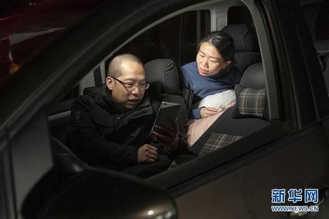 """Cặp vợ chồng """"lấy xe ô-tô làm nhà"""" để có thêm thời gian cho bệnh nhân SARS-CoV-2 - Ảnh 3."""