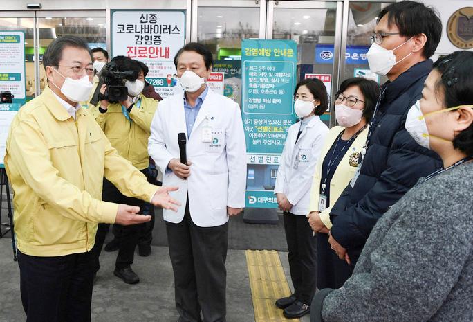 Tổng thống Moon Jae-in thăm một bệnh viện ở Daegu ngày 25/2