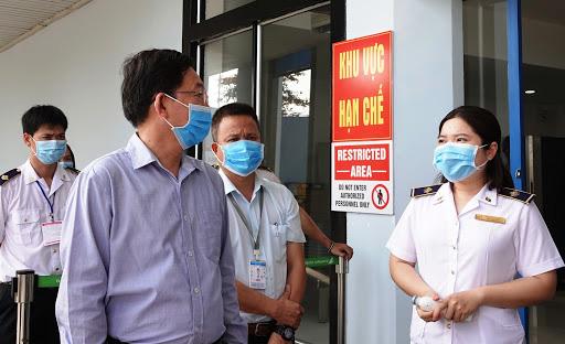 2 người có yếu tố dịch tễ với bệnh nhân Covid-19 bị sốt, Bình Định phun khử trùng tất cả nơi 2 người đi qua - Ảnh 2.