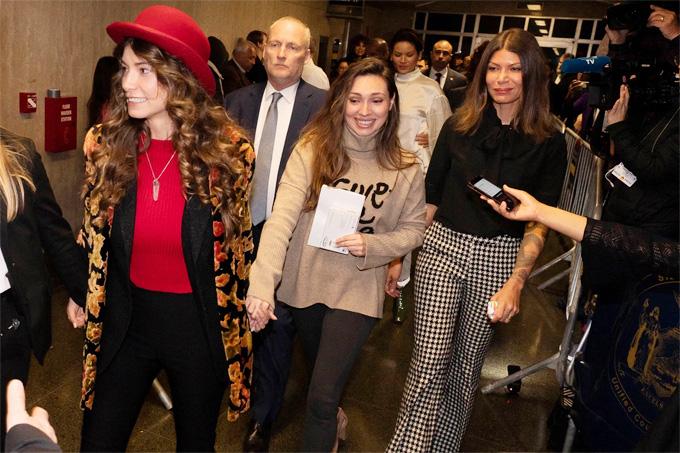 Những phụ nữ Lauren Young, Jessica Mann and Dawn cáo buộc Harvey Weinstein vui mừng rời khỏi phòng xử án ngày 11/3