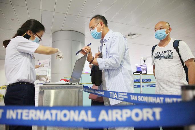 Hành khách khai báo y tế trước khi nhập cảnh vào Việt Nam qua sân bay Tân Sơn Nhất