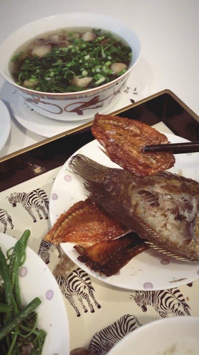 Ngọc Trinh khoe cảnh ăn cá khô, fan phát hiện con ruồi lù lù trên đĩa - Ảnh 1.