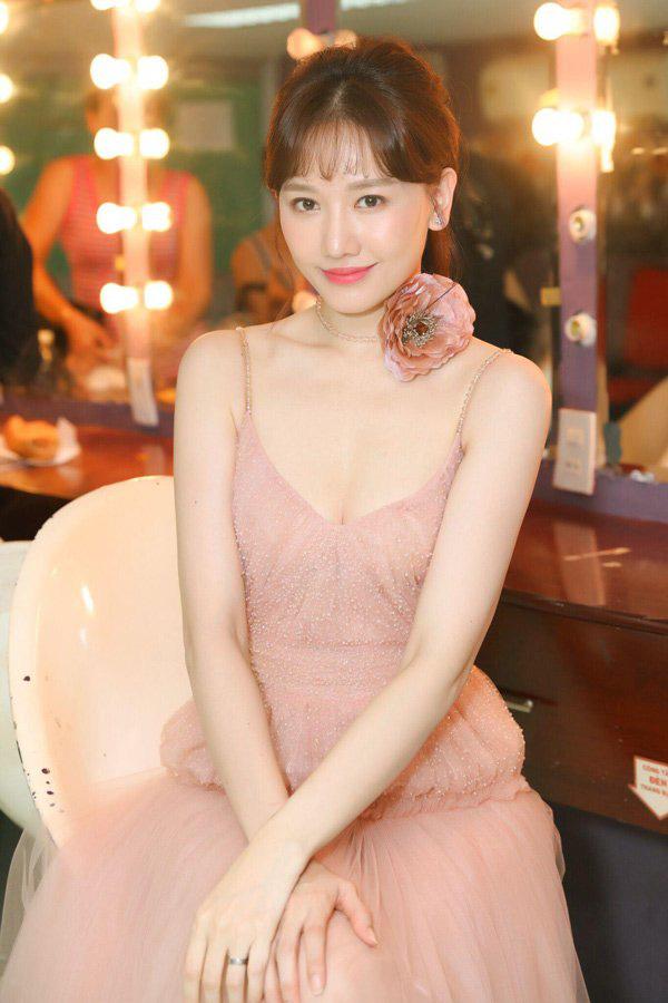 Khéo léo như Hari Won, biến xế hộp thành hair salon để làm tóc đi diễn - Ảnh 7.