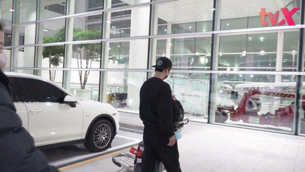 Vừa xuống sân bay Hàn Quốc, Song Joong Ki cùng ê-kíp 100 người sẽ phải cách ly 14 ngày - Ảnh 3.