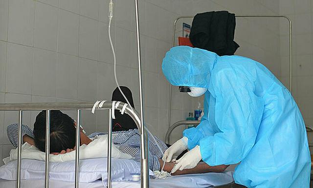 Các bác sĩ chăm sóc cho một bệnh nhân nhiễm COVID-19