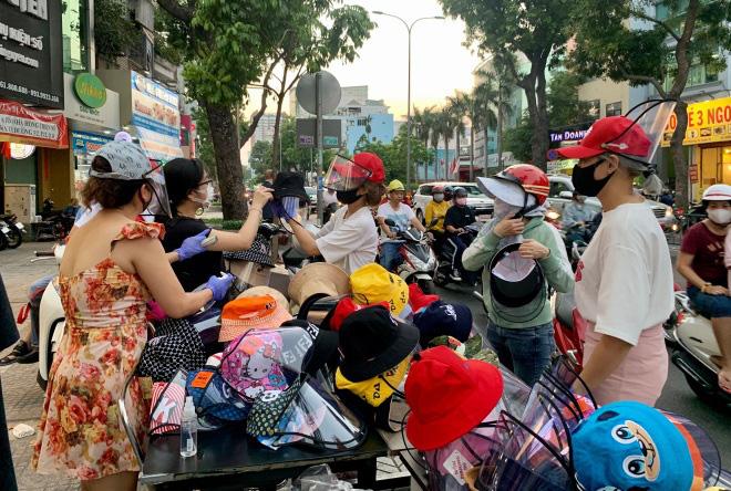 Người dân đổ xô mua mũ chống dịch với hy vọng mũ này sẽ ngăn ngừa được giọt bắn và phòng virus. (ảnh Dân Việt).