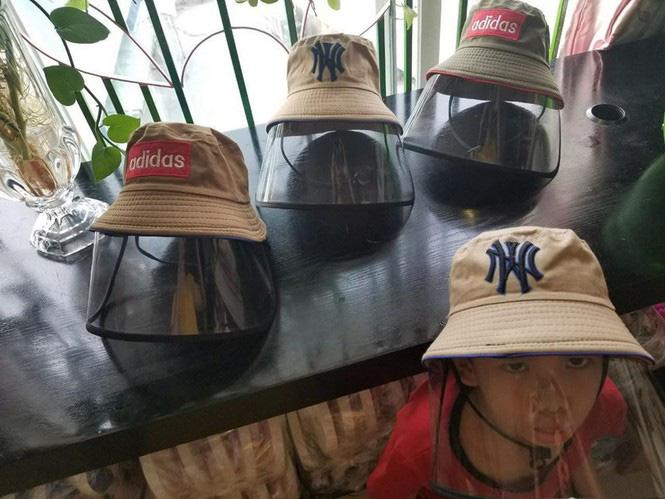 Chuyên gia y tế khuyến cáo, với loại mũ không rõ nguồn gốc xuất xứ có thể gây tác hại cho người sử dụng.