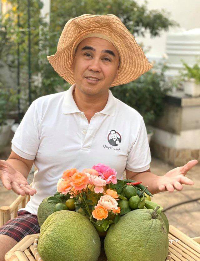 Ở nhà tránh dịch, Quyền Linh cùng vợ con lên sân thượng gỡ khoai lang, thu hoạch hoa trái - Ảnh 1.