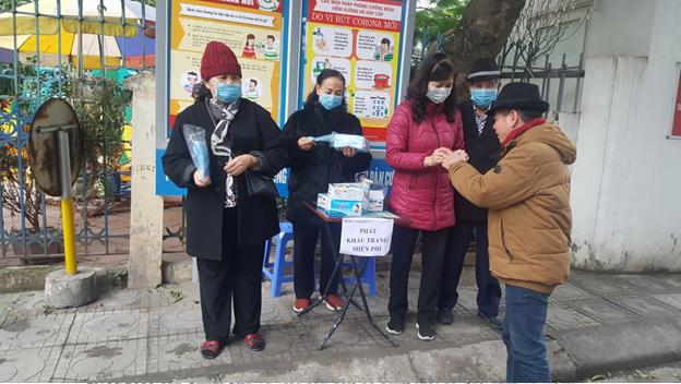 Phụ nữ Hà Nội phát khẩu trang miễn phí cho người dân