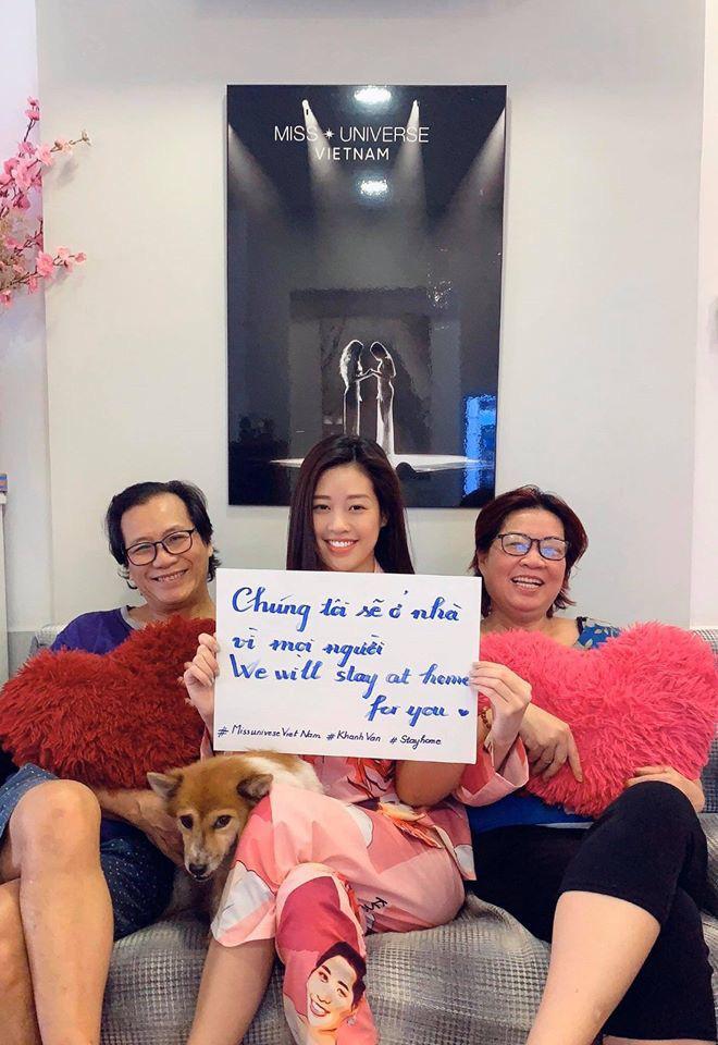 Hoa hậu Hoàn vũ Việt Nam 2019 Khánh Vân cùng ở yên tại nhà với bố mẹ. Cô nhắn nhủ: Chúng ta hãy hạn chế việc ra ngoài, tránh tụ tập nơi đông người nhé! Cả nhà cũng nhớ tuân thủ hướng dẫn của cơ quan y tế.