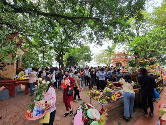 Thủ tướng nhắc nhở quận Tây Hồ vì để người dân ùn ùn kéo đến lễ Phủ  - Ảnh 1.