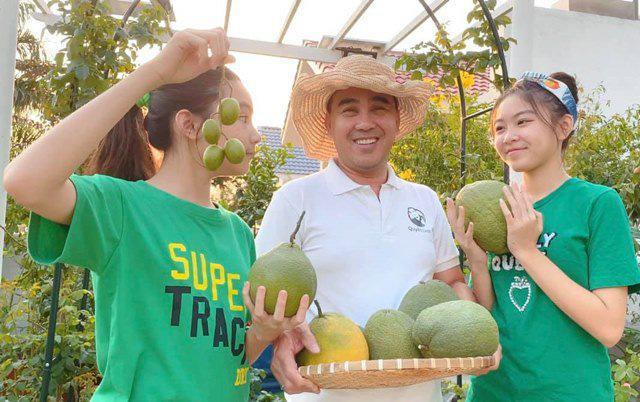 Ở nhà tránh dịch, Quyền Linh cùng vợ con lên sân thượng gỡ khoai lang, thu hoạch hoa trái - Ảnh 2.