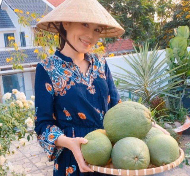 Ở nhà tránh dịch, Quyền Linh cùng vợ con lên sân thượng gỡ khoai lang, thu hoạch hoa trái - Ảnh 3.