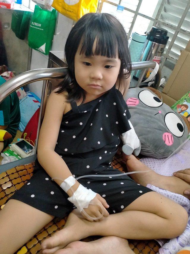 Ôm con từ Cà Mau lên Sài Gòn chữa ung thư, mẹ khóc nghẹn nghe bé nói muốn làm bác sĩ - Ảnh 1.
