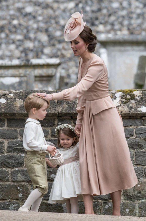 Cái chạm tay vào đầu con của Kate Middleton, tưởng vô tình nhưng lại mang ý nghĩa sâu xa - Ảnh 3.